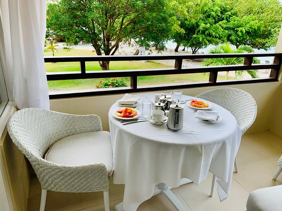 Calabash Luxury Boutique Hotel: Breakfast served on the balcony.