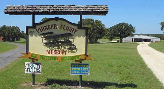 Kingsbury, Teksas: The entrance to the Pioneer Flight Museum. The museum office is in the building in the distance.