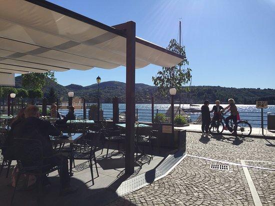Eccoci in riva al lago per godersi una deliziosa colazione con cappuccino all'italiana e fragranti croissant francese..