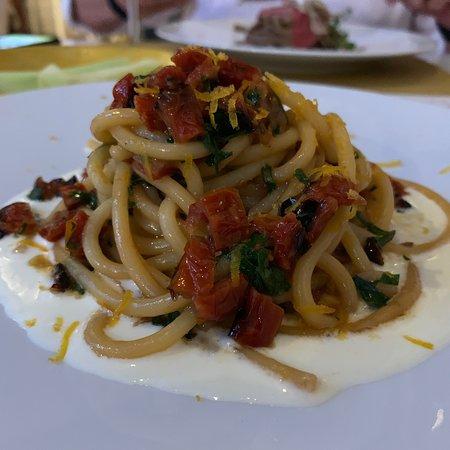 Wat een bijzonder restaurant , het ligt wel niet in het mooiste gedeelte van Puglia maar het is zeker de moeite waard . Heerlijk gegeten en een super leuke sfeer . Een echte aanrader !