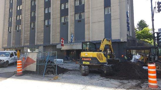 Best Western Ville-Marie Montreal Hotel & Suites: Travaux au pied de l'hôtel dans la rue Peel, juste devant l'entrée !