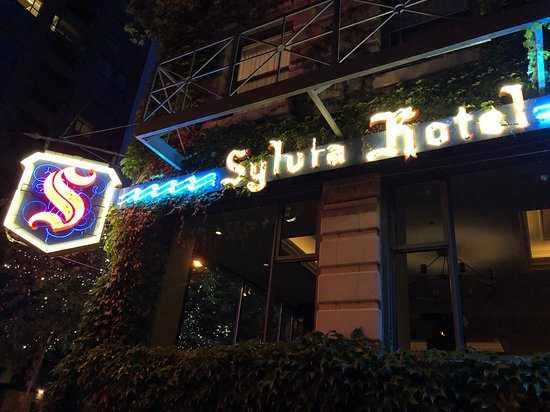 Sylvia's Restaurant and Lounge: Outside at night