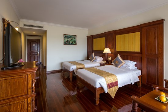 Empress Angkor Resort & Spa: Superior Room with class-leading space and a choice between a queen-sized bed or twin beds, you can enjoy the simple comforts of space with all the modern conveniences at hand in our Superior Rooms, overlooking the main street.