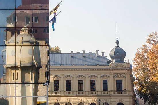 Vukovar, โครเอเชีย: The Old Water Tower reflected on the City Hall.