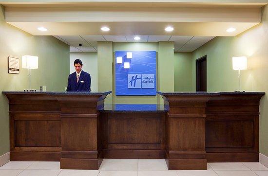 Holiday Inn Express Hotel & Suites Madison-Verona: Lobby