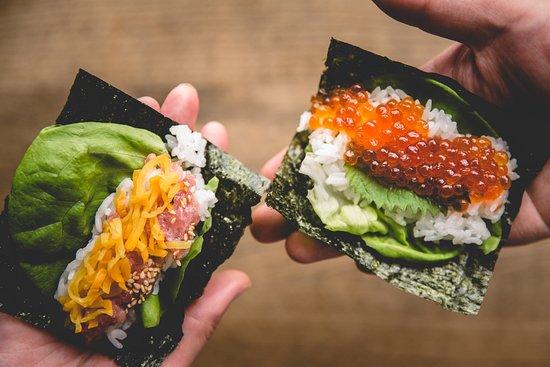 Gonpachi Nori-Temaki Harajuku: 最高級の海苔を使用し、新鮮な具材を温かいの酢飯で、1本1本目の前で包みます。鮮度が高い贅沢な素材を取りそろえた魅力的なラインナップに加え、お米の代わりにカリフラワーを使用した低糖質メニューもご用意。