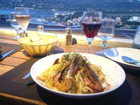de beaux gambas et un bon verre de vin: une soirée de rêve devant un coucher de soleil Corse