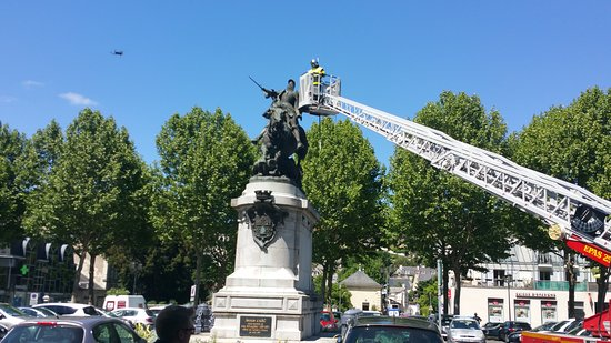 Note the drone hovering next to Jeanne d'Arc, who seems keen to defend herself against this aggression ...