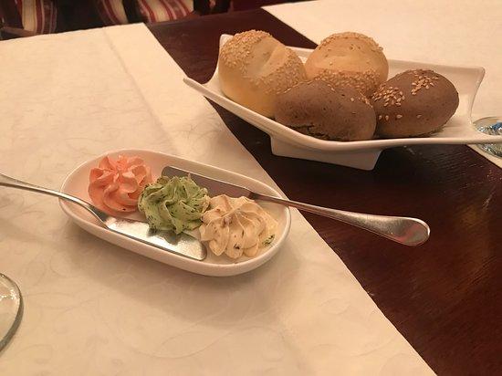 Хлеб с различным маслом подается во время ожидания блюда