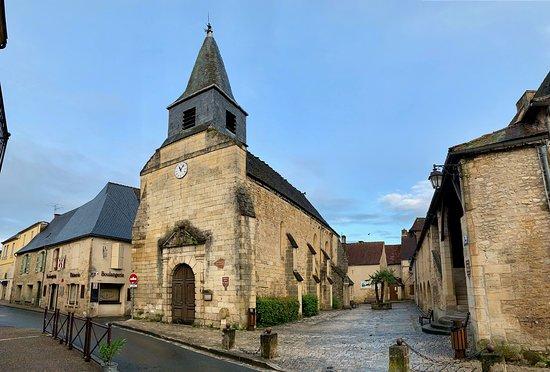 L'O.T. de Montignac est bien situé, logé dans un bâtiment historique au centre de la cité.