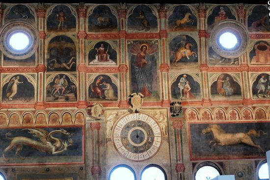 Часы на стене с фресками