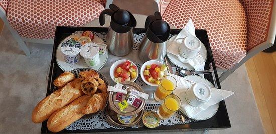 Hotel Dormy House: Petit déjeuner produits frais en chambre