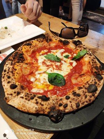 pizza margherita rigorosamente alla napoletana