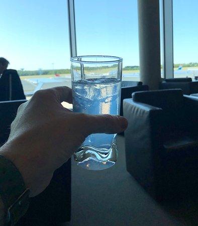 Swiss International Air Lines [SWISS]: Vorab in der LUX Lounge mit GT, in dem sich echter Gin aus Luxembourg befindet !!  Lecker !!!
