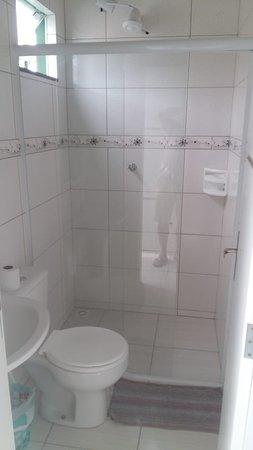 Banheiros privativos novos e limpos.