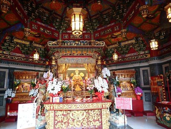 Ma Zhu Miao: 媽祖とは中国、特に南方・台湾・東南アジア在住の中国人・華人の間で信仰されている道教の女神様のことで、海洋を守る女神として台湾では特に篤く信仰されているそうです。関帝廟の関羽と同じで実在の人物が神となってます。