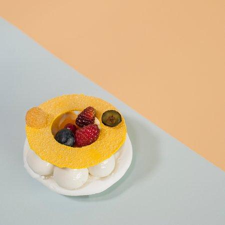 "Fleur / Boulangerie-Patisserie: ""Αλίκη""   Τραγανή μαρέγκα,  ganache montee mascarpone με καρύδα, tartare τροπικών φρούτων,  αρωματισμένη με βανίλια Μαδαγασκάρης και  με κομμάτια από mango και ανανά."