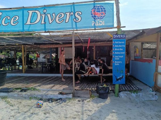 Briefing before dive