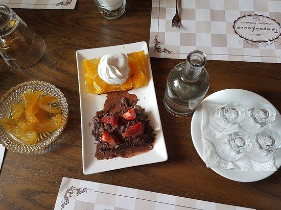 Archanes, Греция: Le dessert (pelures d'orange confites, gelée de pêche et chocolat avec fraises) et le raki offert par notre hôte.