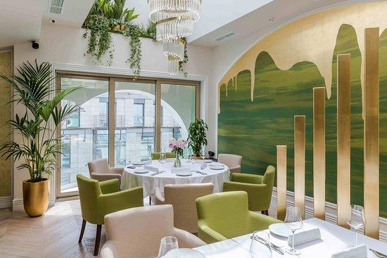 «1880» - ресторан авторской кухни, расположенный на последнем этаже одноименного отеля.  Кухня «1880» - это традиции классической французской кухни на основе лучших российских продуктов и знакомых русских вкусов.