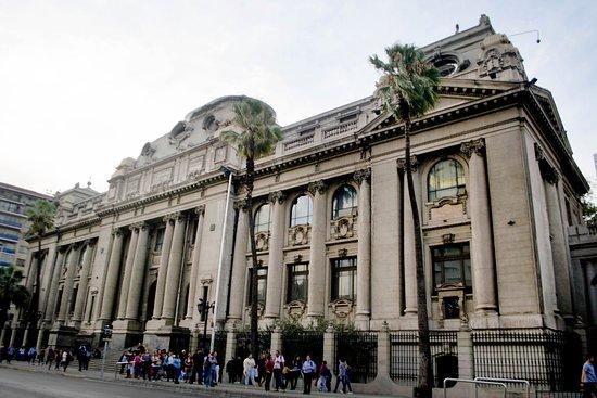 Riviera Hotel: Frente a la Biblioteca Nacional