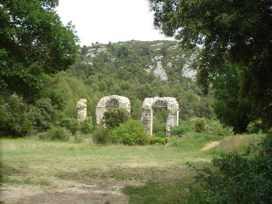Meyrargues vestiges aqueduc romain dans un endroit calme et reposant