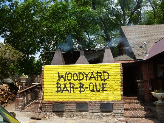 Woodyard Bar-B-Que: The outside patio has a ramp to the left that is where we ate