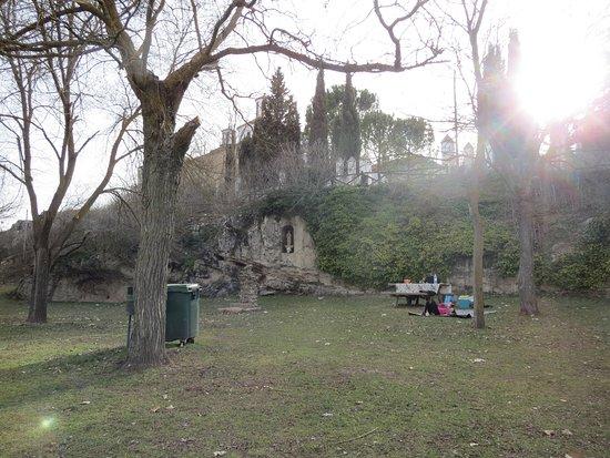 Santa Maria del Campo Rus, Espagne : Al pie de la hermita un bellisimo parque para disfrutar