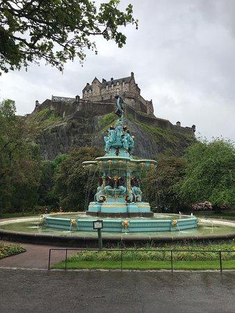 Edinburgh Castle: Vista del castillo de E