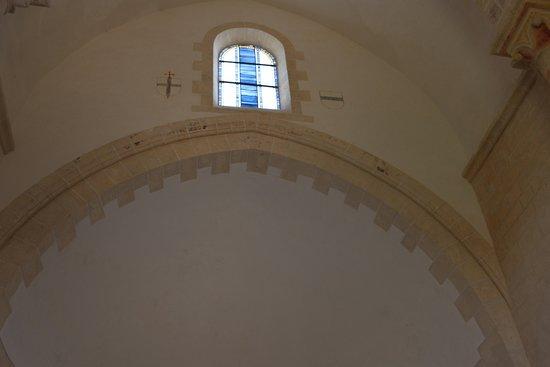 Vitrail réalisé par JM Géron - A gauche le blason de l'abbesse philippe lde laye