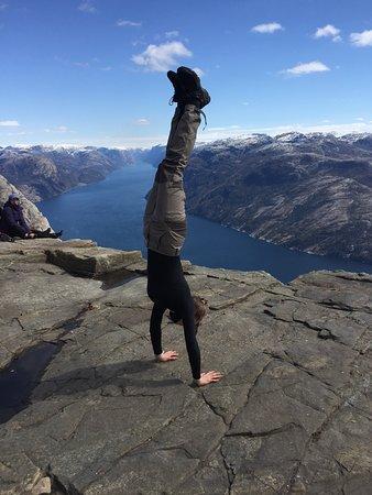 La de tonterías que puede llegar a hacer la gente cuando sube al Preikestolen Noruego. Esta chica hizo de todo para sacarse una foto arriesgada. Pocas cosas pasan...