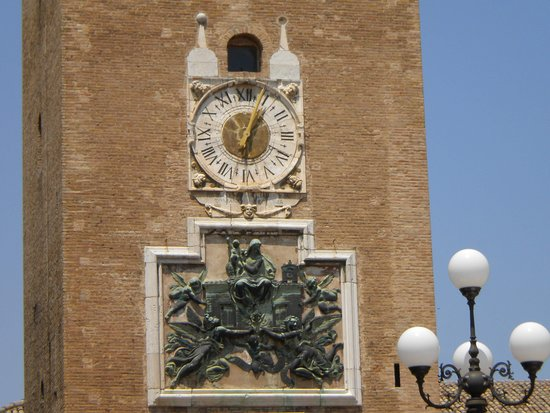 Recanati, Itália: Particolare della Torre del borgo
