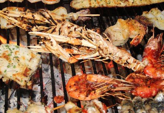Grigliata mista di pesce sulla carbonella
