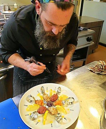 Lo Chef Angelo alla preparazione dei suoi piatti