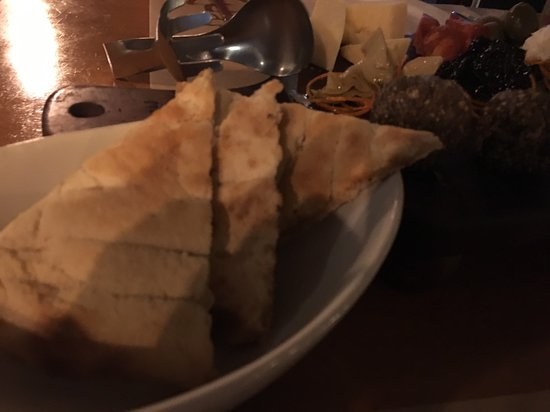 Giuseppe Pizzeria and Sicilian Roast: 起司盤附帶的薄餅