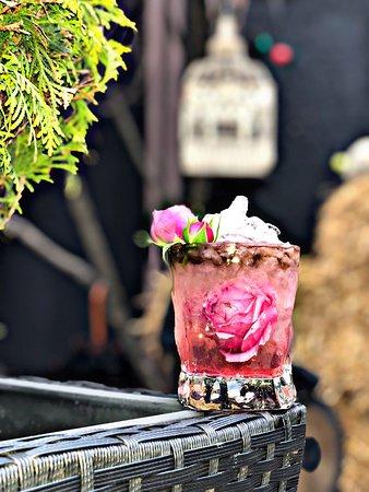 Розы цветут в бокале