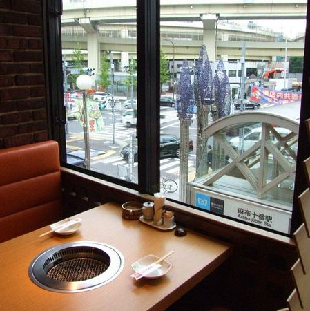 Yakiniku Ozeki Azabujuban: 優雅に麻布十番の景色を望みながらお食事を楽しめます。