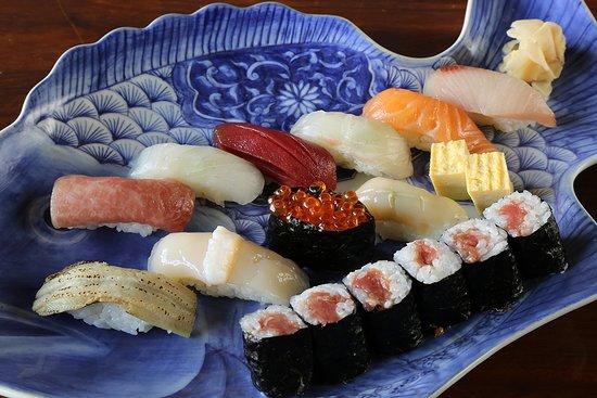 SUSHI PREMIUM 特上にぎり寿司  カウンターでお寿司もお楽しみいただけます。  ご予約は日本人が応対いたします。 日本語 Tel: 0970074541  ホームページ http://tofu-suikin.com