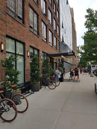 Arlo SoHo: Entrada del hotel, fachada principal a Hudson Street. Las bicicletas se pueden alquilar en el hotel.