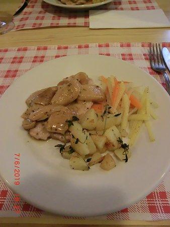 Rifugio Chiavenna: Schnitzelchen vom Kalb mit Kartoffeln und Gemüsestreifen.