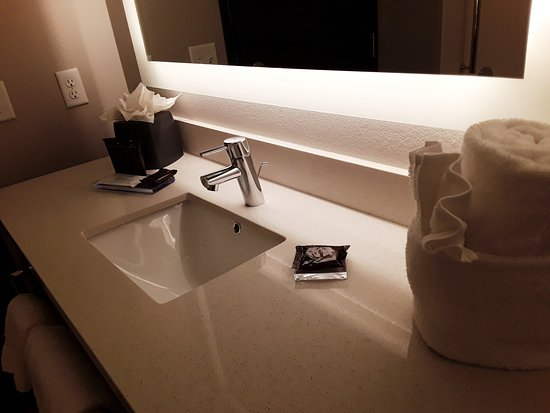 Suite bathroom with shower.  – Hawthorn Suites by Wyndham Loveland, Johnstown fényképe - Tripadvisor