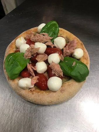 Minipizza semintegrale, con condimento tutto a crudo.... tonno, pomodorini, fiordilatte in ciliegine, e basilico fresco....