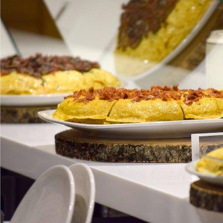 Bar-Cafeteria Haritzak: Variedad de tortillas de patata en barra y take away.