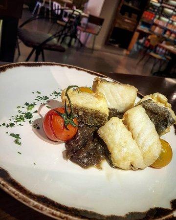 Alimentari: Baccalà fritto con cipolla rossa caramellata.