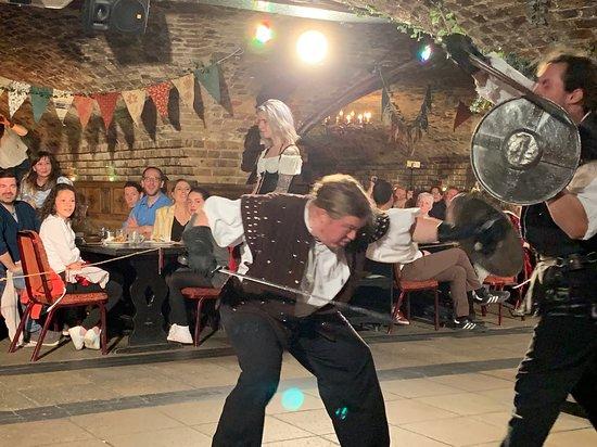 Middeleeuws banket- interactieve show, 4-gangendiner, ale en wijn bij het diner, disco: A little sword play.