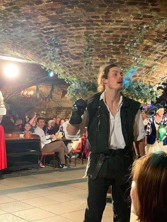 Middeleeuws banket- interactieve show, 4-gangendiner, ale en wijn bij het diner, disco: Knight regaling us with a tale.