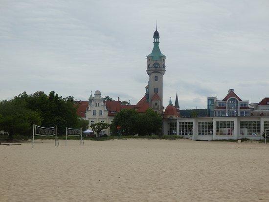 Sopot Beach: Edificaciones cerca de la playa. La torre de Sopot