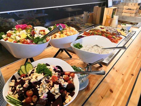 Tervon lounas-ravintola Silta: Isänpäivälounaan salaatit