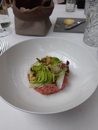 Simmenthaler, Zwitserland Steak tartaar║ Hollandse asperge║ 69 Graden eitje║Peterselie (Bron menukaart restaurant)