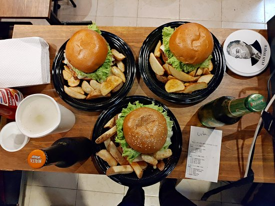 As important as a good hamburger are its sides. You can choose between onion rings, potato wedges, fries or fried yuccas.